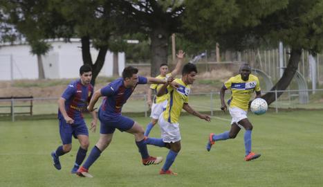 Un jugador del Soses i un altre del Torregrossa pugnen per controlar una pilota.