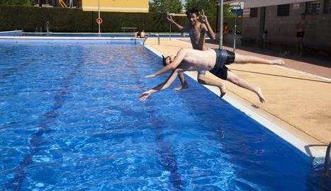 Usuaris a les piscines d'Agramunt, dissabte passat.