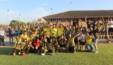L'equip i el cos tècnic de l'Angulària celebren la victòria i la classificació a la Copa Catalunya.
