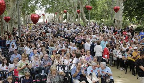 """Els Camps Elisis es van omplir de persones en la X Trobada de Corals amb el lema """"Lleida canta a les Persones""""."""