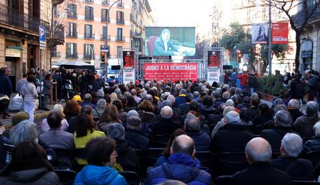 Centenars de persones segueixen la declaració de Jordi Cuixart al Suprem amb una pantalla gegant des de davant de la seu d'Òmnium a Barcelona. Imatge del 26 de febrer del 2019.