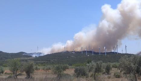 Imatge de l'incendi al Perelló, que ja ha cremat 60 hectàrees de superfície forestal