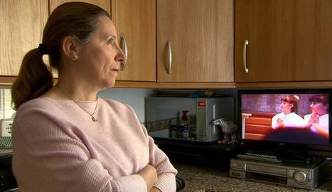 La mare de Marta, davant d'un vídeo de la comunió de la seua filla.