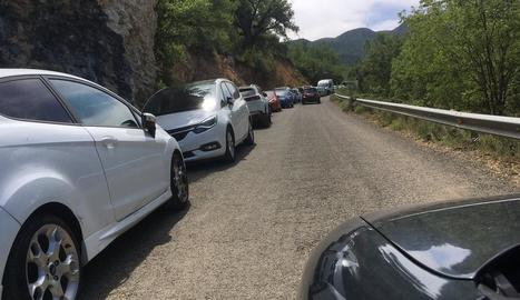 Invasió de cotxes a la carretera local de Sant Esteve de la Sarga per arribar a Mont-rebei.