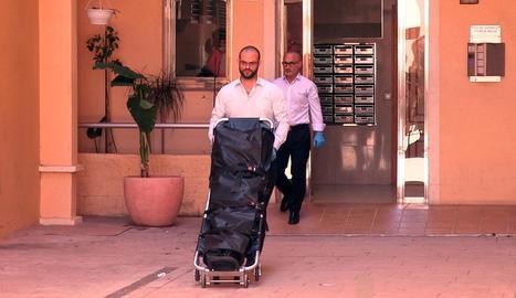 Operaris traslladen el cos de la dona assassinada a Alboraia.