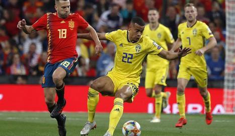 Jordi Alba pressiona sobre el davanter suec Quaison.