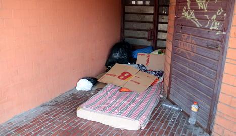 Pertinences de temporers que dormen al cPertinences de temporers que dormen al carrer a Lleida, en una imatge d'arxiu.arrer a Lleida, en una imatge d'arxiu.