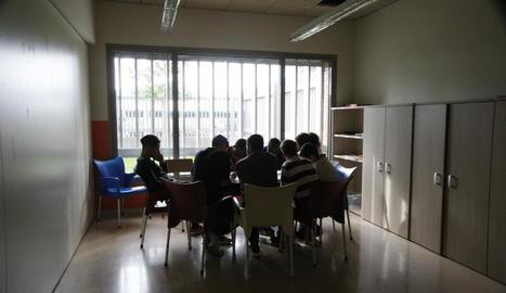 Usuaris del centre d'emergència d'Almacelles, durant una jornada de formació de Menes.