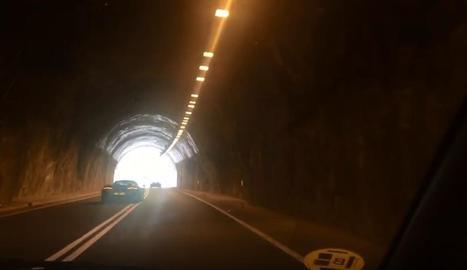 Denuncien 'carreres' de cotxes esportius del Regne Unit a les carreteres del Pallars
