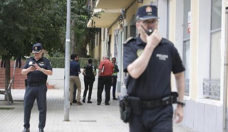 Agents als voltants del pis de la dona morta a Xàtiva.