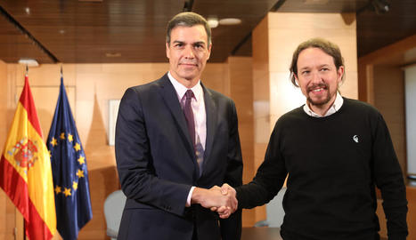 Sánchez i Iglesias es donen la mà abans de començar la reunió que van mantenir ahir.