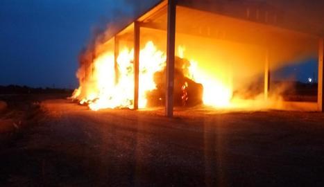 A Preixens les flames van assolir diversos metres en pocs minuts.
