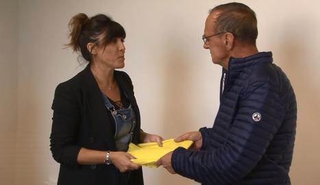 La Crida entrega un llaç groc a Miquel Pueyo perquè el pengi el dia de la seva investidura