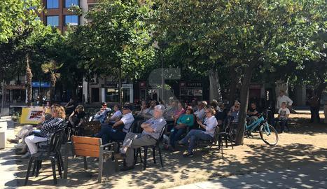Pantalla a la plaça Pau Casals de Lleida per seguir l'últim torn de paraula al Suprem. Instal·lada per Òmnium Cultural