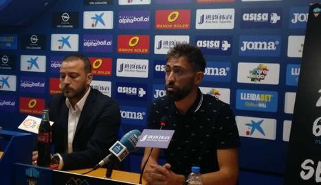 Manuel Jesús Casas 'Molo', al costat del director esportiu del Lleida, Jordi Esteve, aquest dimecres durant l'acte de presentació com a nou entrenador del primer equip.