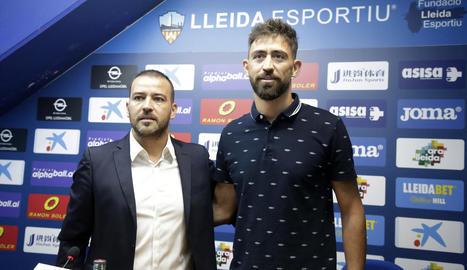 Jordi Esteve, director esportiu del Lleida, ahir al costat de Molo en la presentació del nou entrenador de l'equip.