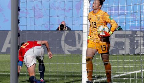 Sandra Paños recull la pilota de l'interior de la porteria després del gol alemany.