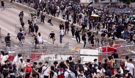 Milers de persones es van congregar prop del Parlament per exigir la retirada de la llei d'extradició.