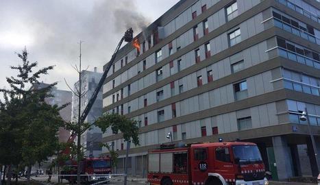 Un incendi en un àtic de Terrassa deixa un ferit crític