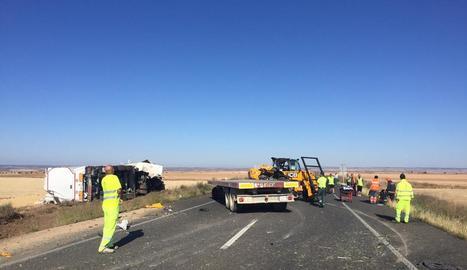 Imatge de la col·lisió entre un camió i un vehicle agrícola ahir al matí a Fraga.