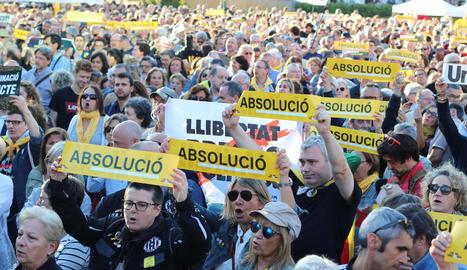 Imatge dels participants en la protesta celebrada a Barcelona amb pancartes que exigeixen l'absolució dels polítics presos.