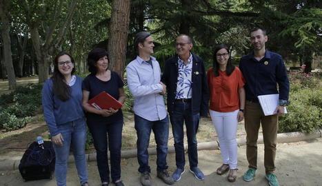 Pueyo i Talamonte es donen la mà després de firmar el pacte d'investidura als Camps Elisis.