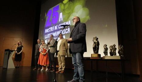 Lola Dueñas, al centre amb el Premi d'Honor, ahir amb alguns dels premiats a la gala final de la Mostra de Cinema Llatinoamericà.