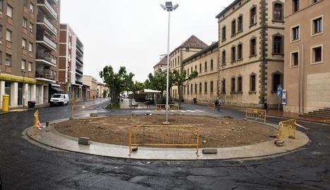 Imatge de la rotonda que es construeix davant la seu del consell de la Segarra.