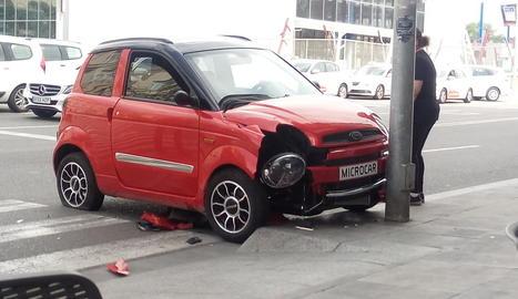 Accident del microcotxe davant de l'estació de trens.