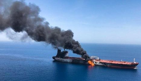 Imatge que mostra el presumpte vaixell petroler noruec 'Front Altair' en flames.