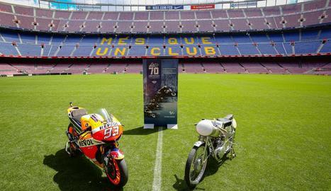 La moto de Marc Màrquez es va exhibir a la gespa del Camp Nou.