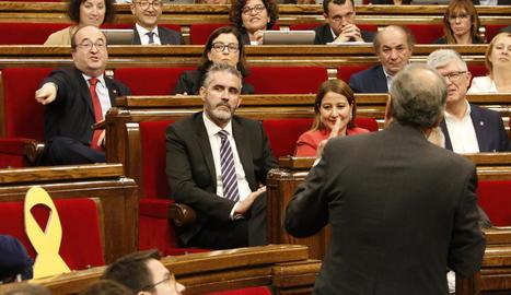 Quim Torra s'adreça a Miquel Iceta, que li replica des del seu escó al Parlament.
