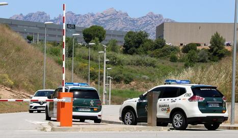 L'operatiu de trasllat de Joaquim Forn ahir va estar compost per aquests dos cotxes de la Guàrdia Civil.