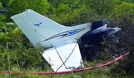 Les restes de l'avioneta sinistrada, que va quedar gairebé calcinada