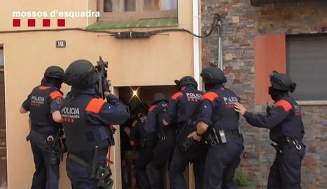 Moment de l'entrada policial a la casa dels detinguts a Vilanova de Bellpuig.