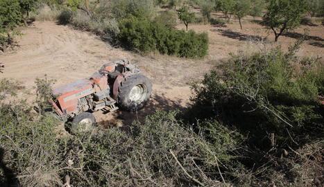 El tractor va caure per un desnivell i va atrapar l'home en una finca entre Vinaixa i l'Albi.