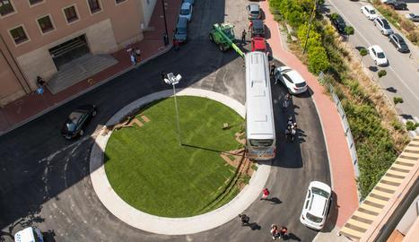 Imatge de l'autocar a la rotonda de Jaume Balmes.