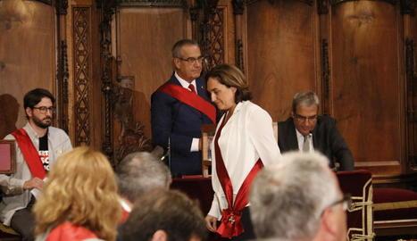 Ada Colau és investida de nou alcaldessa de Barcelona amb els vots dels comuns, el PSC i tres regidors de Valls