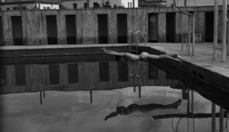 Piscina. A l'esquerra, banyistes als anys vint. A dalt, la piscina als anys 70 encara estava activa. Al fons, xalets de Ronda.