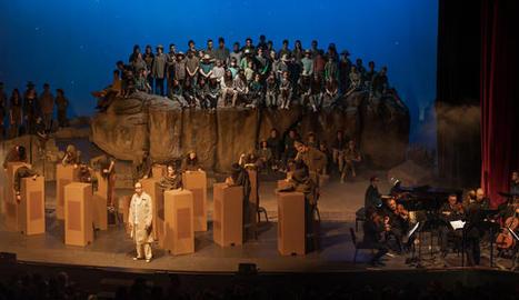 la ciutat grisa. A 'La ciutat grisa', la gent no recorda la seua història. A sota, l'Orquestra de Professors del Conservatori de Cervera.