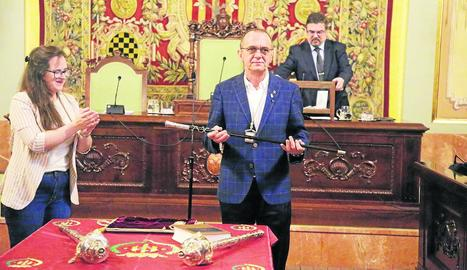 Miquel Pueyo mostra la vara d'alcalde, que li va entregar l'edil del Comú Elena Ferré, la més jove del ple.