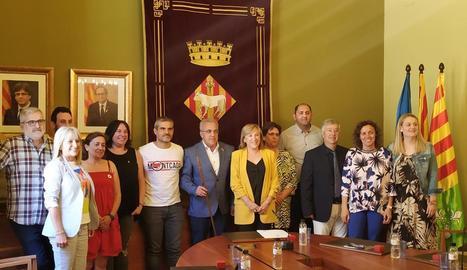 Enric Mir, amb la vara d'alcalde i acompanyat pels regidors de l'ajuntament de les Borges.