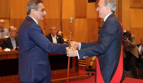 Azcón recull la vara de Saragossa de mans d'un edil de Vox.
