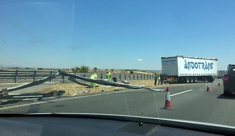 Vista del camió accidentat ahir a l'A-2 a Bellpuig.