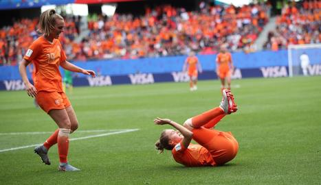 Vivianne Miedema celebra l'últim gol d'Holanda a Camerun.