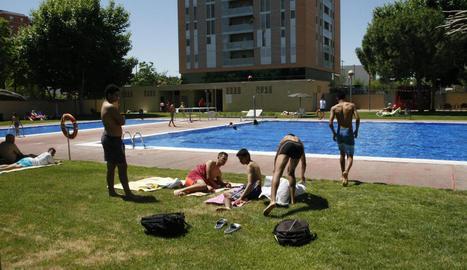 Aquests joves combatien la calor a la piscina municipal de Cappont, ahir.