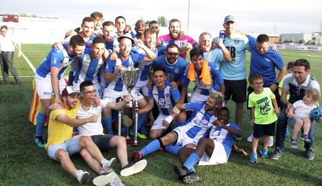 La plantilla del Torregrosa celebra el títol conquerit ahir al Complex Esportiu Antoni Palau de Torrefarrera.