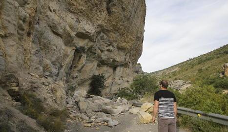 Les roques despreses que tallen la carretera d'accés a Mont-rebei.