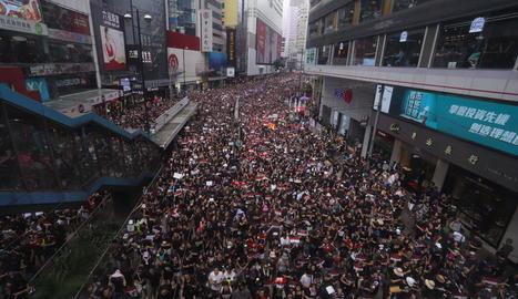 Centenars de milers de hongkonguesos van sortir ahir als carrers per demanar la retirada completa del projecte de llei d'extradició.