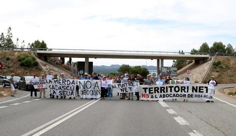 Fotografia general dels manifestants ahir al tall de la C-12 a Móra d'Ebre.